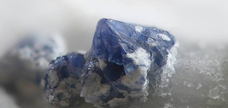 What Are the Differences Between the Minerals Calcite and Quartz